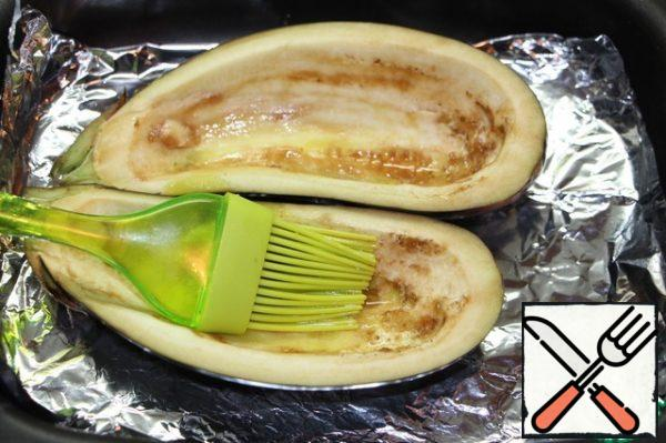Lubricate the eggplant inside with vegetable oil, bake for 20 minutes at 200 degrees.