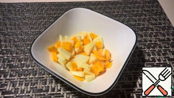 Mix the pumpkin with the apple. If desired, make a dressing by mixing lemon juice with honey and pour over the salad. You can add cinnamon, or other spices to taste.