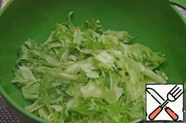 Tear the salad into pieces with your hands and put it in a deep bowl. It is better to take a salad of a crispy variety (frisee, frillis, iceberg).