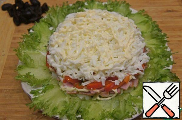 The next layer is to put the egg whites, grated on a coarse grater, make a mesh of mayonnaise.