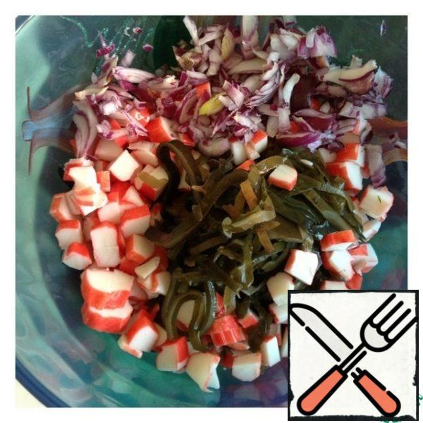 Drain the liquid from the seaweed, cut the crab sticks into medium cubes, and chop the onion as small as possible.