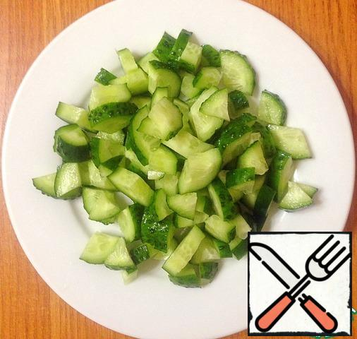 Wash the cucumber, cut into quarter rings.