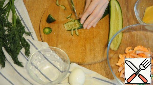 Cucumber is also cut into strips, egg in small cubes, spread with the rest of the ingredients.