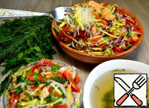Pour the prepared vermicelli into a colander and pour cold water over it. Add the funchosa to the prepared ingredients and mix, add olive oil or soy sauce, if desired, lemon juice.