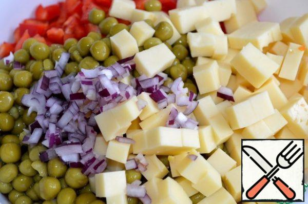 Cut the cheese, pepper and onion into small cubes and send them to the salad bowl with the rest of the vegetables. Season with salt and pepper, season with mayonnaise and mix.