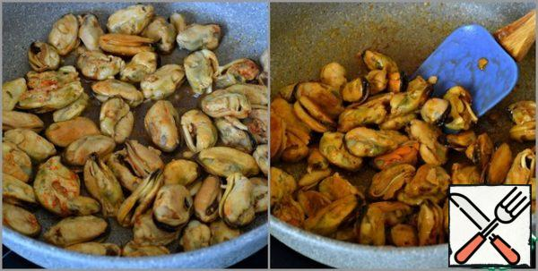 Then put the mussels in a well-heated dry pan with the marinade. Fry on high heat for about three minutes, stirring constantly. Remove from heat, cool. And you can completely simplify your life and take ready-made mussels in a jar, in oil or smoked.
