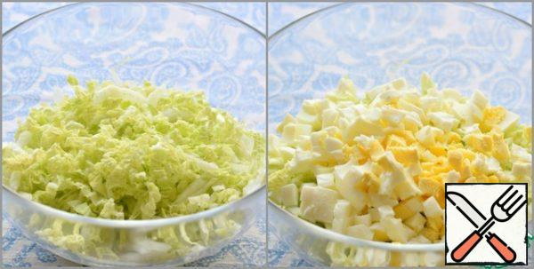 Chop the Peking cabbage. Place in a large salad bowl. Add the chopped eggs to the cabbage.
