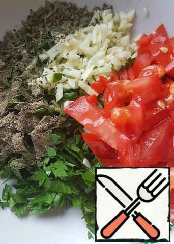 Prepare the dressing. Chop the parsley and garlic finely, cut the tomatoes into thin slices, add allspice, dry basil, olive oil (optional), salt and sugar.