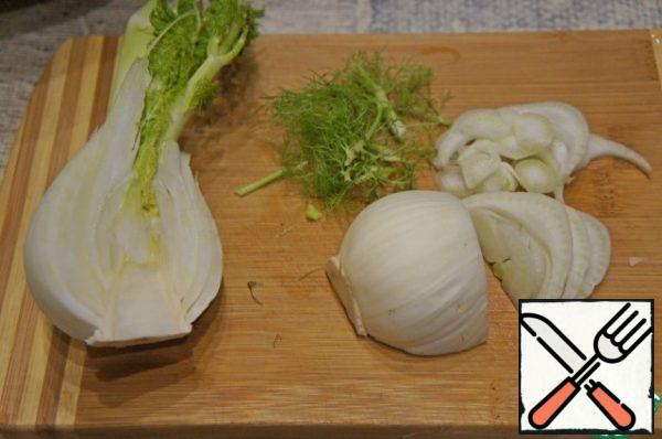 Cut half of the fennel onion into thin slices.