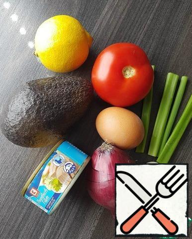 Wash the lemon, tomato and herbs, peel the avocado, egg and onion.