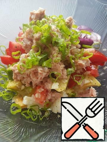 Add tuna fillets and herbs to the chopped products. Add salt and a little sugar (if the tomato is sweet, then sugar is not required).Sprinkle the salad with lemon juice and season with oil. Pepper as desired.