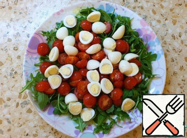 We collect the salad. Place the tomatoes and eggs on a plate.