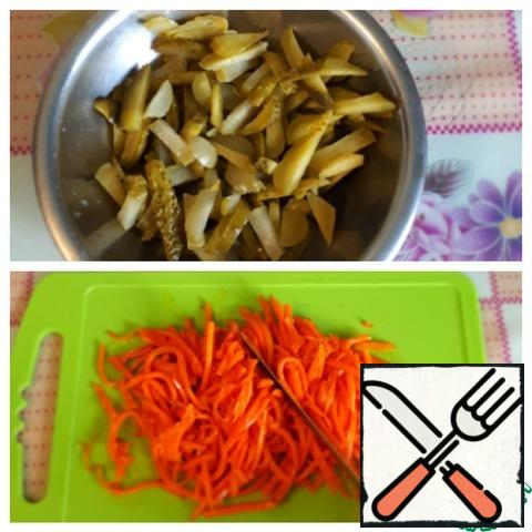 Cut the carrots in Korean so that they are not so long. Cut the cucumbers into strips.