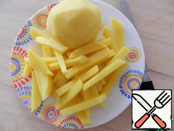Peel the potatoes and cut them into 0.5 cm thick bars. Add salt.
