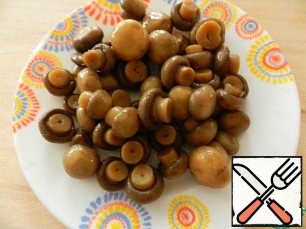 Pickled mushrooms (mushrooms or any other), if necessary, cut.