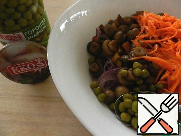 In a bowl, mix potatoes, onions, mushrooms, 150g carrots in Korean. Add 5 tablespoons with a mound of canned green peas. Add 2-3 tablespoons of vegetable oil or any other to your taste, mix, and you can serve!