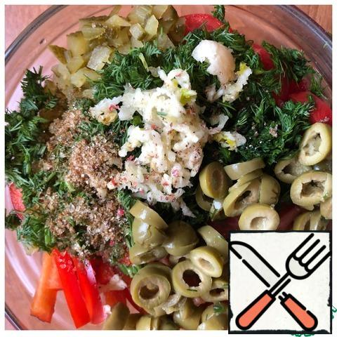 Pass the garlic through the press, chop the greens. Cut the olives into slices. Add salt, pepper, and oil. Mix the salad.
