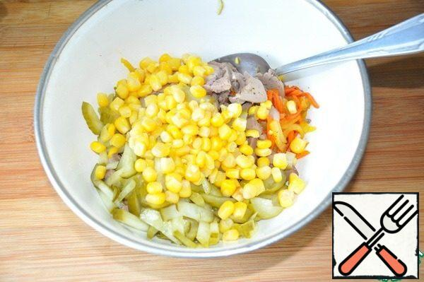 Mix all the ingredients of the salad, put the canned corn.