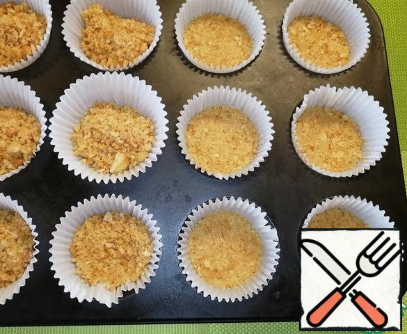 Put a tablespoon of the resulting mixture into the cupcake molds. Tamp and put in the refrigerator for 15 minutes.