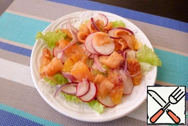 Lay out the pickled onions and radishes. Top with orange fillet and red fish slices. Drizzle with olive oil and sprinkle with sesame seeds.