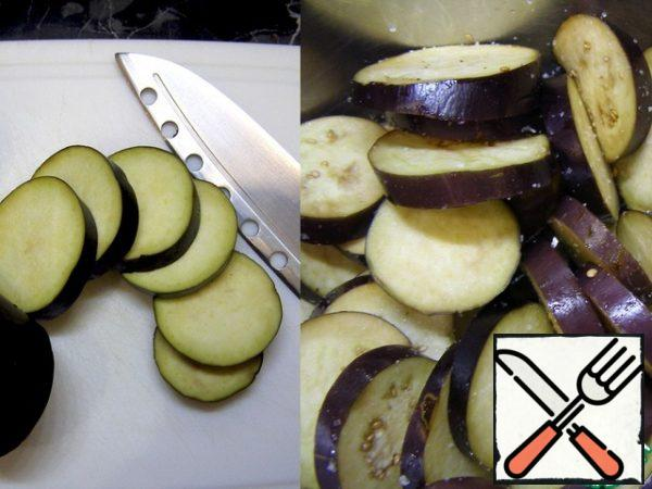 First, prepare the eggplant. Cut them into thin rings or half rings, as you like. Add salt, mix and leave for 20 minutes.
