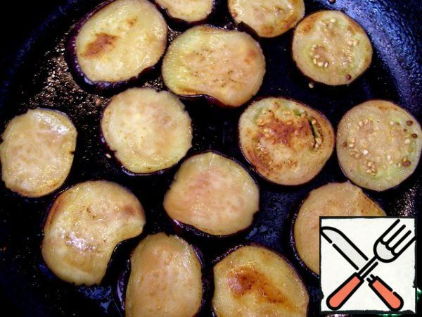 Wash the eggplants with cold water, squeeze, dry and fry in vegetable oil on both sides until tender.