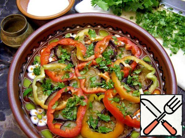 We begin to collect the salad, it is better to take a dish with high sides. The first layer is eggplant, top with bell pepper and a little greens. All lightly add salt and a little sprinkle with ground black pepper.