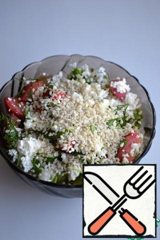 Sprinkle the finished salad with sesame seeds.