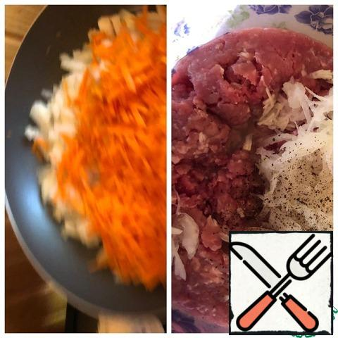 Grate carrots on a coarse grater, chop 1 piece of onion into a small cube. Fry the vegetables in vegetable oil. To the minced meat, add the garlic passed through the press and the onion grated on a coarse grater. Add salt and ground pepper. Knead the minced meat thoroughly.