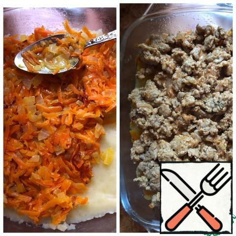 Grease the baking dish with vegetable oil and lay out half of the potatoes, leveling with a spoon. Place the fried vegetables on top. Next, a layer of minced meat.