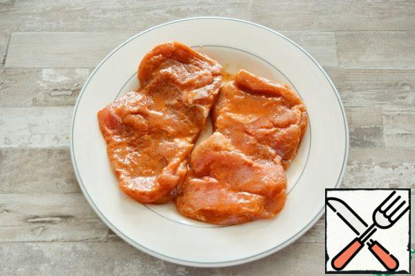 Rub the turkey thigh steaks with salt, paprika and cayenne pepper, drizzle with lemon juice and leave for 10 minutes.