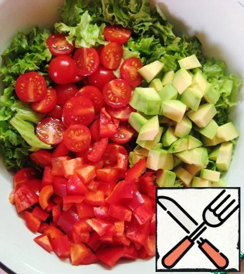 Add the vegetables to the salad bowl.