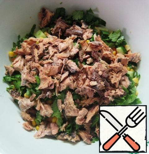 Add the pieces of canned tuna (pre-drain the oil from the jar).Season the salad to taste with salt and black pepper, add the olive oil and mix gently.