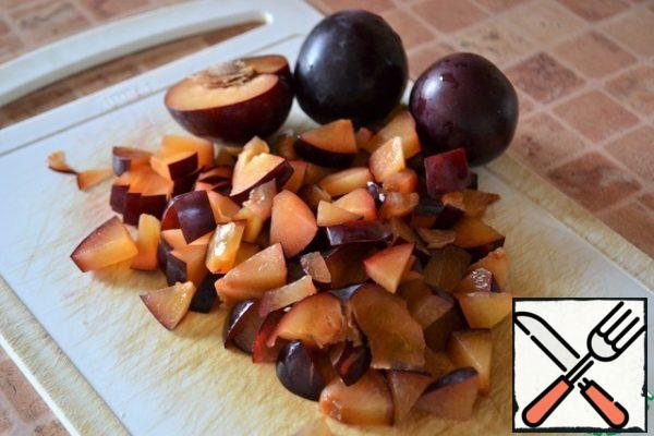 Plums, removing the seeds, cut.