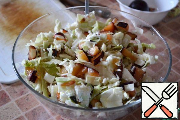 Gently mix the cabbage with the cream. Add the cottage cheese and mix gently again.