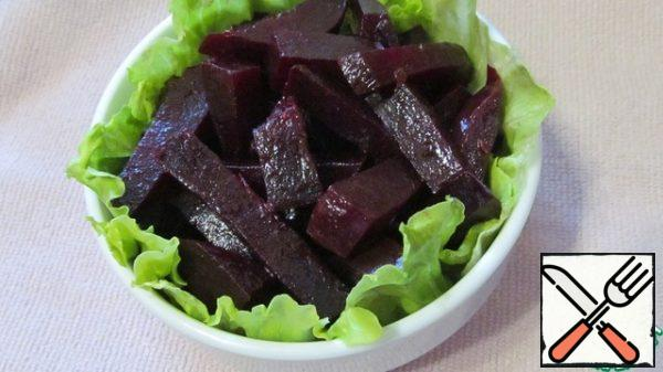Decorate the sides of the salad bowl with lettuce leaves, put small pieces of lettuce on the bottom. I have iceberg lettuce and lettuce. Mix the beets with the filling and put them in a salad bowl.