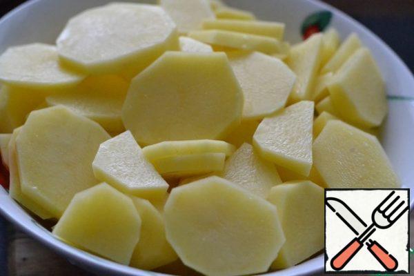 Cut the potatoes into rings. Add salt.