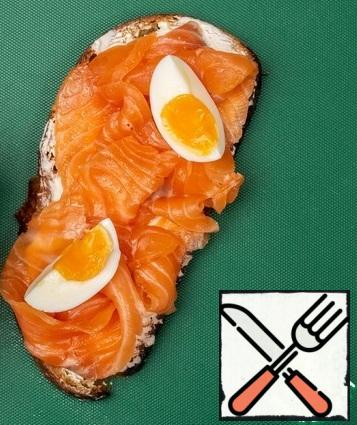 Boil the egg for 7 minutes, cool and cut into 4 pieces. Then put it on the salmon.