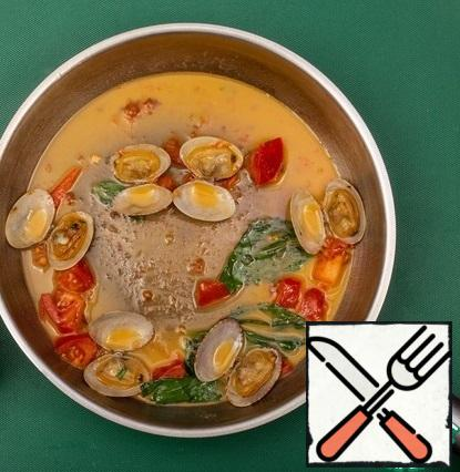Cook the vongoli shells in a small amount of water for 3 minutes. Then add the tomatoes, basil, and butter over the sauce.