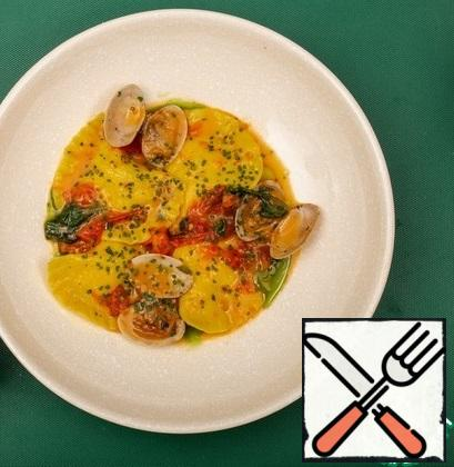 Put the ravioli on a plate, pour the sauce over it, and garnish with the vongoli shells.