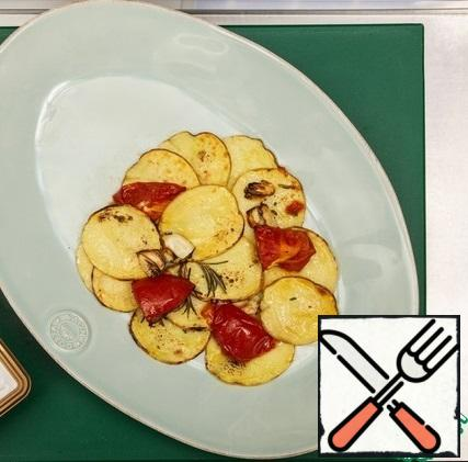 Put the potatoes and tomatoes on a plate.