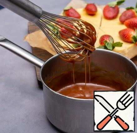 Caramel: over medium heat, melt the sugar, adding in two stages, then pour in the cream and mix, cool. Decorate the cheesecake with strawberries and caramel.