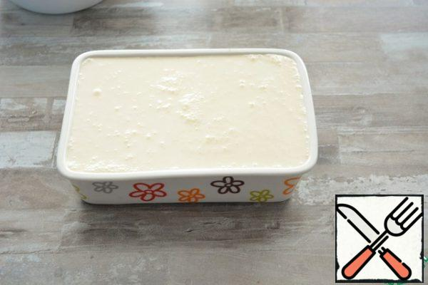 Pour the curd and cheese mixture over the cakeI have a form with a size of 21*14 cm, but you can safely take a larger form, because a small amount of cheese mass I did not enter it. The shape of 22*22 cm or 24*24 cm will be just right.