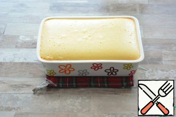 Place the mold in a pan of water and place it in a cold oven. Bake at 100-110 °C for about 1.5 hours. Determine readiness as follows: slightly shake the mold. The middle should spring elastically. Try not to raise the oven temperature, so that the cheese layer does not turn brown
