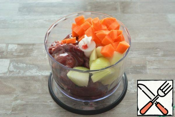 Place the raw chicken liver, onion and carrot in the bowl of a blender and grind to a homogeneous mass