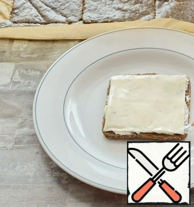"""On each liver """"slice"""" spread a small amount of mayonnaise mass and put a slice of melted cheese with mushrooms."""