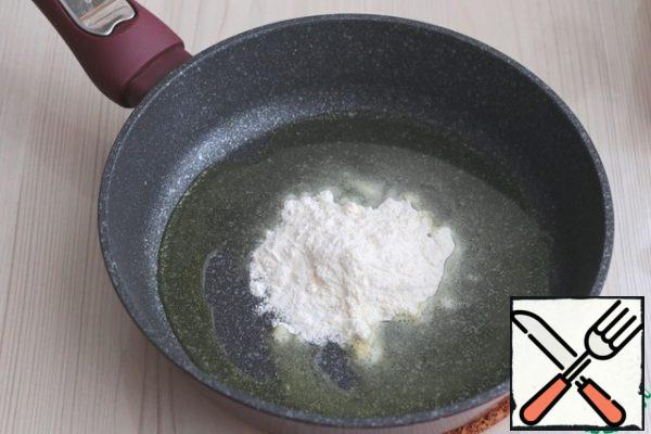 For the sauce: Add the melted butter (2 tablespoons) to the pan, add 1 tablespoon of flour with a small pea. Saute the flour, stirring, until creamy.