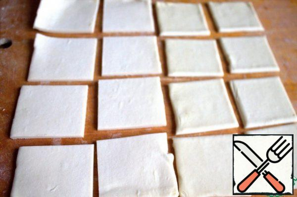 Cut the puff pastry into an even number of squares. I took 2 plates measuring 10 cm by 20 cm, did not roll out.