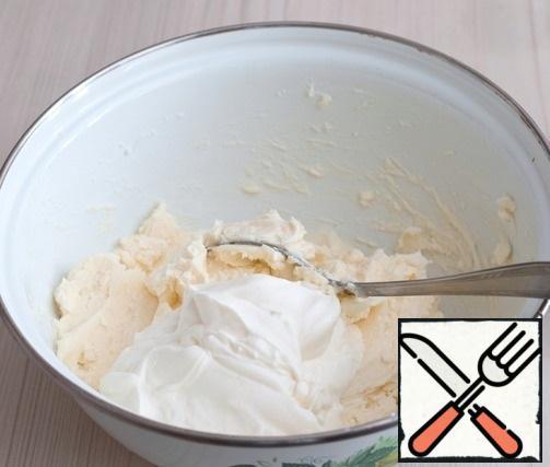 Then add sour cream (180 gr.). Mix the mixture.