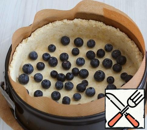 In a form with a sand base, add the washed blueberries.